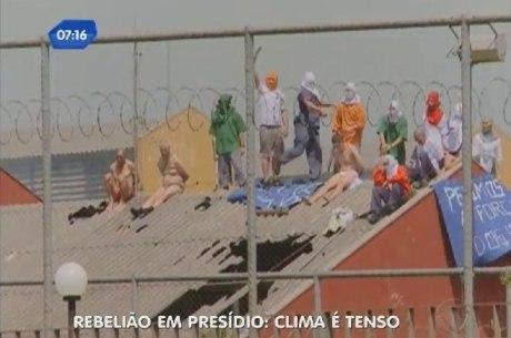 Alguns reféns são mantidos seminus, de cuecas e meias, no telhado da penitenciária