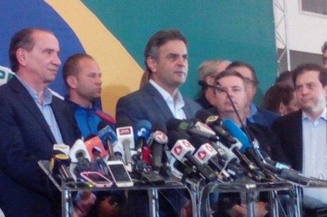 Acompanhado pelo vice, Aloysio Nunes, e lideranças tucanas, Aécio Neves