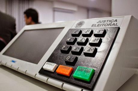 As urnas eletrônicas foram usadas pela primeira vez em 1996, mas só nas eleições de 2000 todo o eleitorado votou eletronicamente