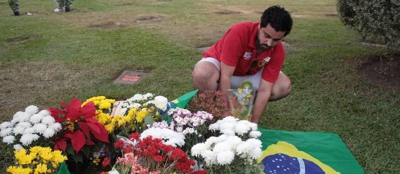 Fã presta homenagem no túmulo de Ayrton Senna, que está enterrado no Cemitério do Morumbi