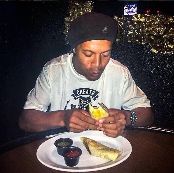 2749dedd6e6 Ronaldinho Gaúcho ganha relógio de R  173 mil de astro do basquete e ...