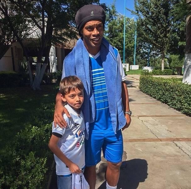 7970eb922cb Ronaldinho Gaúcho ganha relógio de R  173 mil de astro do basquete e exibe  presente nas redes - Fotos - R7 Futebol