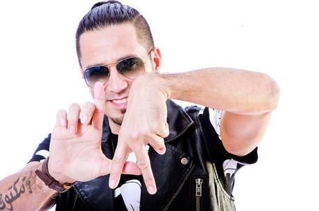 Ex de Latino afirma que cantor está fugindo da Justiça