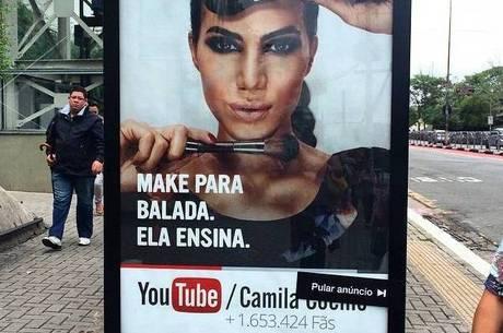 Adesivos estão sendo colados em diversos pontos de São Paulo