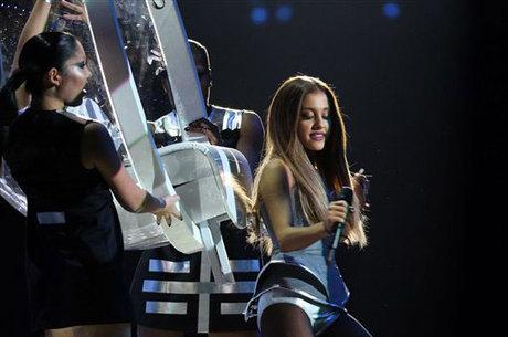 Ariana Grande leva a música do ano