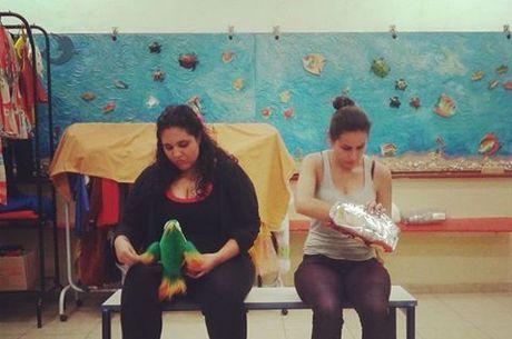As atrizes Liza Caetano e Lau Varone durante os ensaios da peça Hermanas Son Las Tetas, de Juan Manuel Tellategui