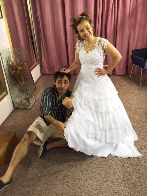 Claudia Rodrigues Experimenta Vestidos De Noiva Na Rua São