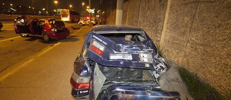 Após batida, veículos ficaram destruídos; suspeitos fugiram com fuzis e metralhadoras