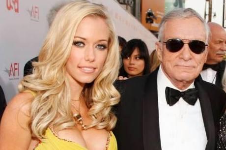 Kendra Wilkinson ao lado do milionário Hugh Hefner