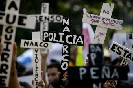 """População mexicana tem protestado frequentemente pelo fim do """"narco-Estado"""""""