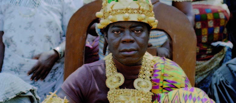 Rei africano resolve conflitos de seu povo da Alemanha