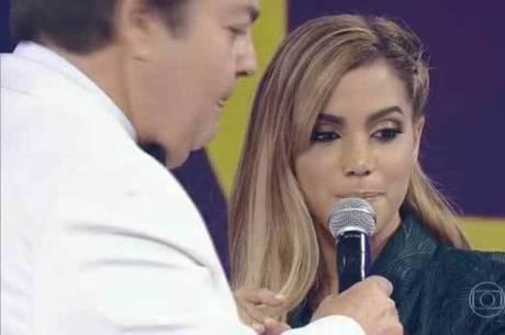 Anitta apareceu no Faustão com esparadrapos no nariz