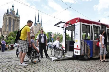 Ônibus especiais levam turistas para conhecer a cidade