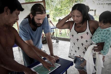Cacique Juarez, o voluntário Felipe Garcia e Maria Leusa, representante do movimento Iperêg Ayû, revisam os pontos no mapa a serem demarcados