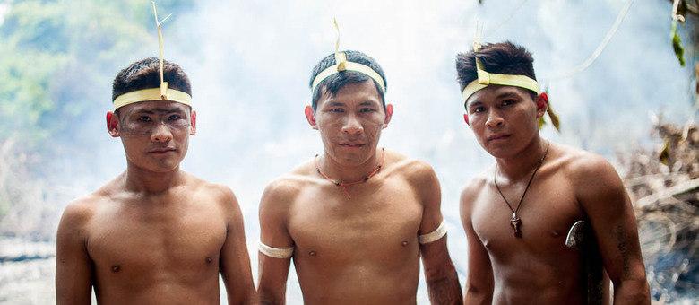 Guerreiros munduruku de diferentes partes do rio se unem para preparar o campo de batalha