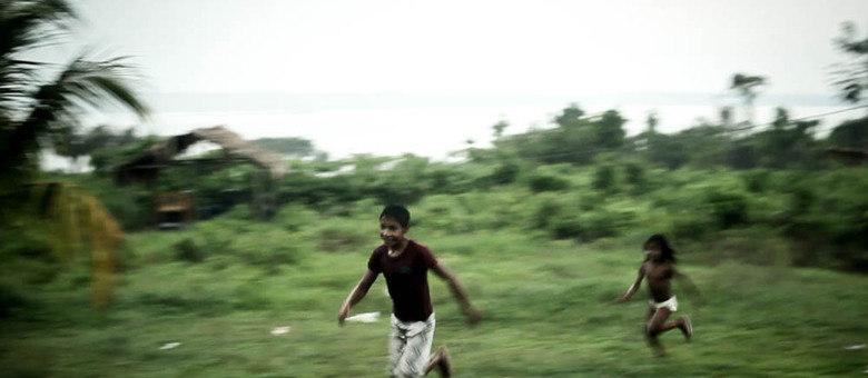 No fim da aula, crianças da aldeia brincam até anoitecer. Vida pacata na aldeia foi conturbada pelo cerco da Força Nacional