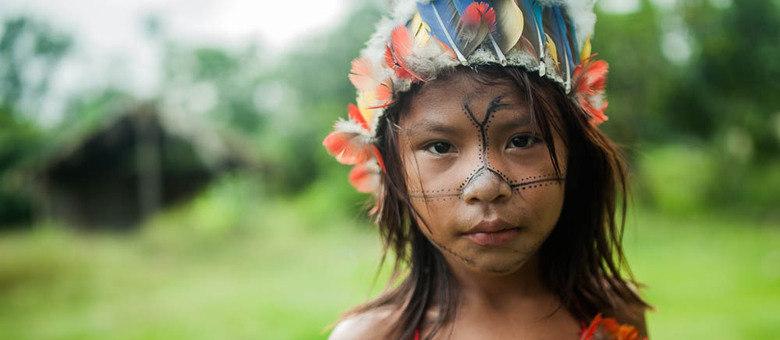 Jovens e crianças ficam ansiosos para participar dos rituais de canto e dança. Eles só falam em munduruku entre si