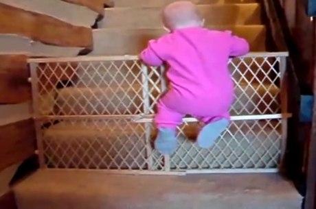 Bebê salta grade de proteção em escada