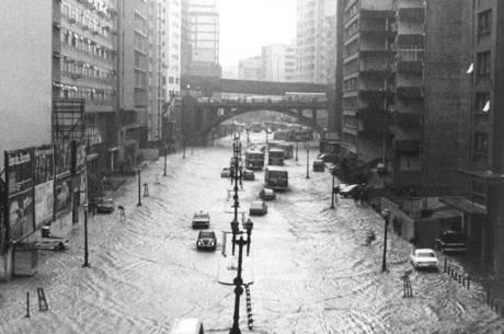 Avenida Nove de Julho alagada na década de 70