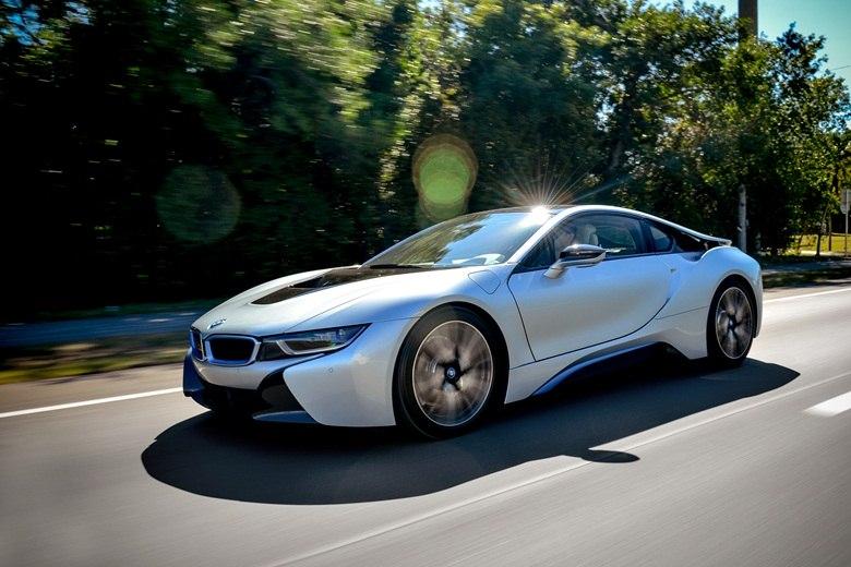 Aceleramos o BMW i8, o 'carro do futuro' que acelera como esportivo e bebe menos que popular