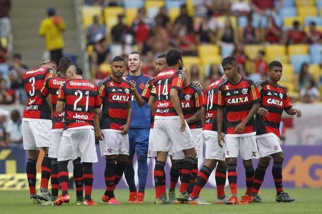 2015 - Ainda com a Caixa no peito e no ombro, o Flamengo viu a Viton 44 assumir as costas além das mangas e a Jeep passar a expor a marca na parte inferior das costas. A TIM seguiu no número e o Criança Esperança foi exposto ao lado do escudo alguns meses.