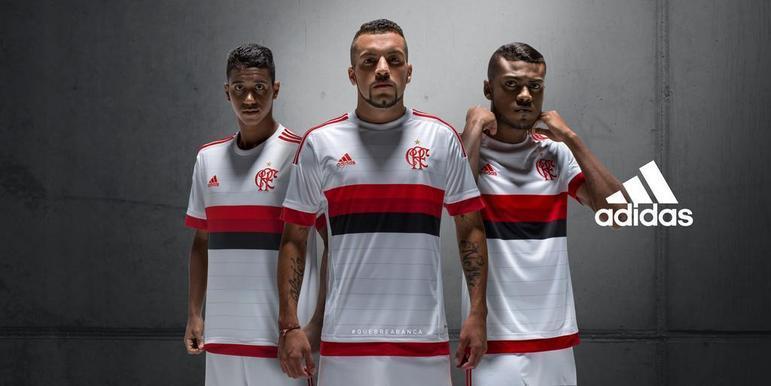 2015 - Além de retomar as listras horizontais vermelha e preta, a camisa branca daquele ano tinha o antigo escudo, utilizado pelo time entre 1895 e 1944.