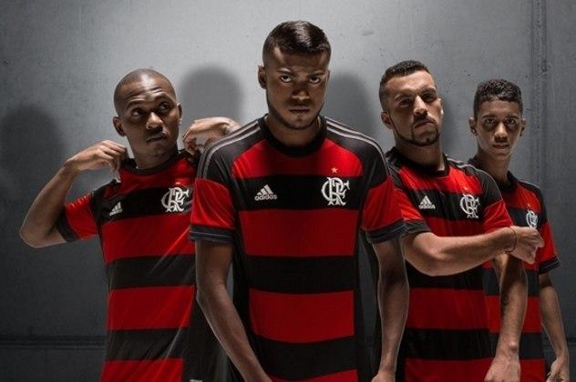 2015 - De volta à gola redonda, a camisa tinha a parte do ombro em preto e uma listra vermelha na manga