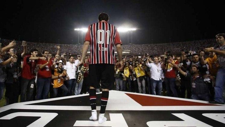 2015 - O final do ano ainda reservou a despedida do ídolo Rogério Ceni, que anunciou sua aposentadoria. Com grande festa no Morumbi, o São Paulo realizou um amistoso para homenagear o Mito.