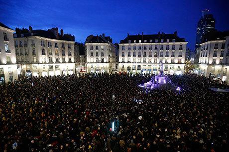 Milhares de pessoas se reuniram em Paris para se manifestar contra o ataque