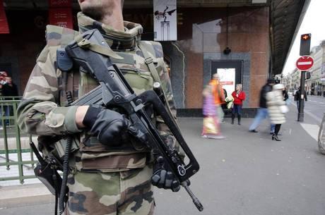Cerca de 500 militares estão sendo posicionados na região de Paris