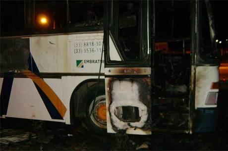 Chamas destruíram ônibus e mataram casal de andarilhos