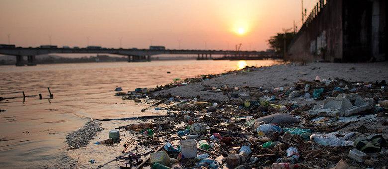 Lixo na Baía da Guanabara: a sujeira é apontado como um dos motivos para se odiar o Brasil