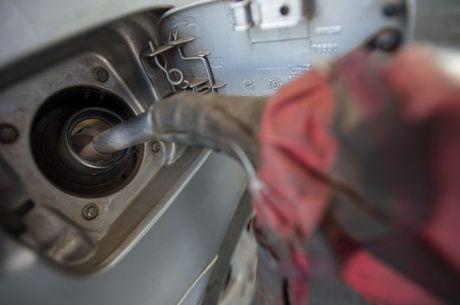 Consumidor deve fazer cálculos para saber se o etanol está mais em conta do que a gasolina