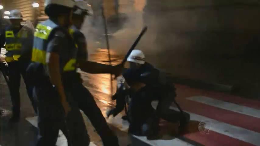 Policial militar usa skate para agredir manifestante em SP; assista