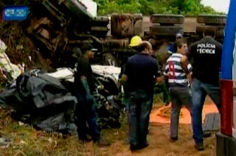 Motorista da caçamba, que seguia em direção a Simões Filho, perdeu o controle do veículo e atingiu o carro que seguia na pista contrária