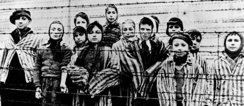 Crianças judias no campo de concentração de Auschwitz