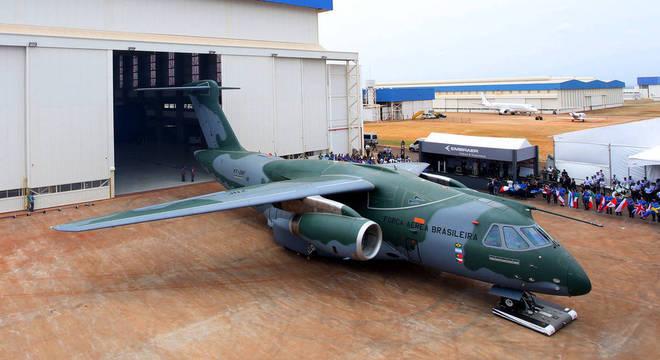 Avião cargueiro Embraer KC-390 saindo da linha de produção da Embraer