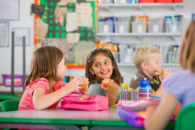 """A nutricionista afirma que o ideal é sempre levar lanche de casa e não dar dinheiro para a criança comprar um salgado na cantina, por exemplo. """"Nessa idade, as crianças não sabem o que faz bem ou mal. Elas são influenciáveis e comem com os olhos, não sabem distinguir o que é saudável e a quantidade adequada"""", explica. É também recomendado que as mães conversem entre si para combinar lanches saudáveis para os filhos para estimular os bons hábitos alimentares entre eles"""