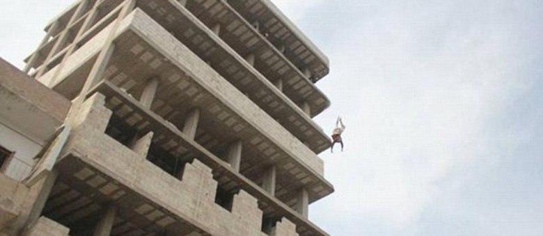 Momento em que vítima é atirada do alto de prédio de sete andares