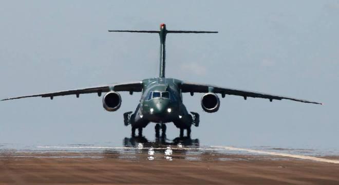 KC-390 pronto para decolagem em um de seus voos de teste