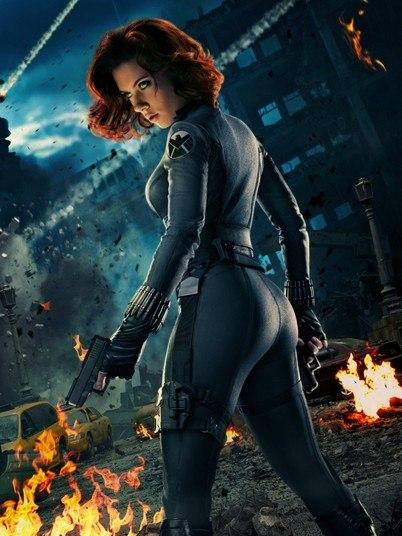 Scarlett Johansson já protagonizou algumas cenas nua, mas talvez o momento em que seu corpão mais chamou a atenção foi com o uniforme coladinho da Viúva Negra. Este pôster acima, por exemplo, ressalta o bumbum da atriz