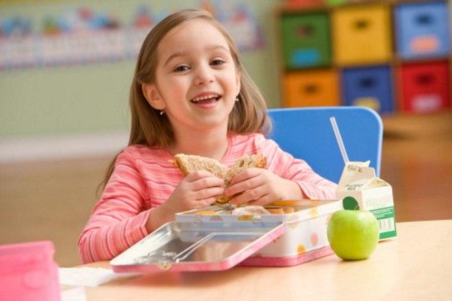 """A nutricionista afirma que os doces não estão proibidos na lancheira. """"Se a criança quiser um chocolate, ela pode levar, mas em pequena quantidade. Na lancheira, não deve ser colocada a barra de chocolate inteira, mas uma porção da barra"""", explica. Essa segmentação na quantidade dá autonomia para a criança saber o quanto ela pode comer"""