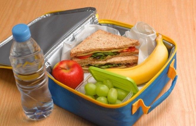 A nutricionista afirma que alimentos light e diet não são recomendados para crianças. Os alimentos light, apesar de menos calóricos, podem não ser tão nutritivos para crianças. Já os alimentos diet, incluem o uso de adoçante e, o fato de não terem açúcar, para compensar os efeitos da falta desse ingrediente, acabam apresentando mais gordura