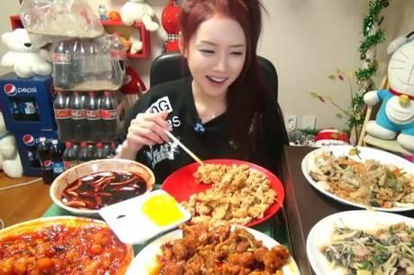 Coreanos ganham dinheiro para comer diante da webcam - Notícias - R7 ... b162b8317f2a9