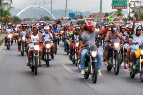 Mototaxistas fizeram uma manifestação na avenida Brasil
