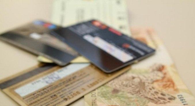 Pesquisa mostra queda no número de brasileiros que pagam contas em dia
