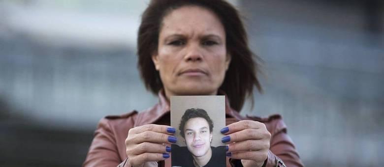 Ozana Rodrigues, mãe de Brian De Mulder, segura foto do filho do lado de fora do tribunal da Antuérpia