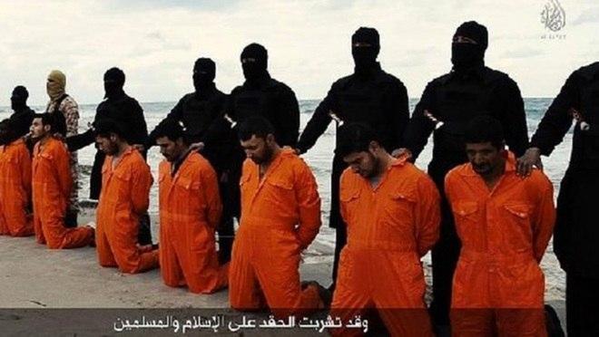 As vítimas, que vestiam o tradicional uniforme laranja dado pelos jihadistas aos seus reféns, estavam com as mãos amarradas nas costas e não mostravam sinais de resistência