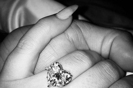 Cantora ganhou anel em formato de coração