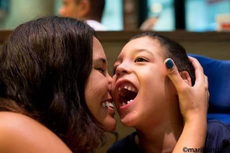 Mariana com o filho Leo durante a comemoração do aniversário dela